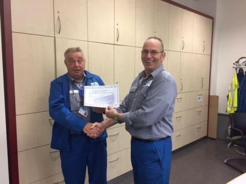 De uitreiking van het eerste certificaat G&C door Edgar Steger (links) aan Theo Houben.
